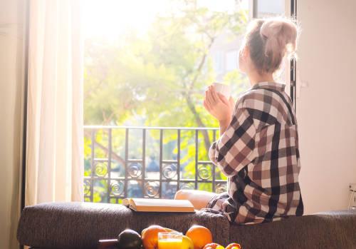 desayuno libro cafe balcon