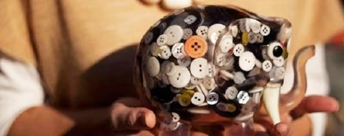 Greca: objetos de diseño fabricados con botones desechados