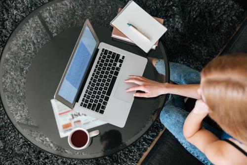 Crean pulsera para que los jefes puedan conocer el estado de ánimo de sus  traba