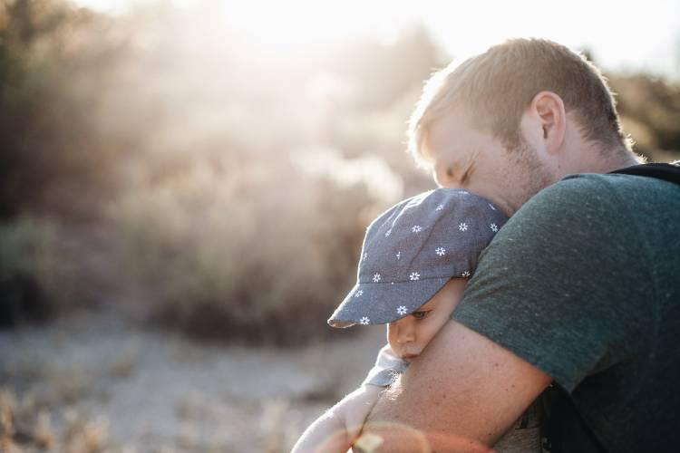 Un padre abrazando a su bebé