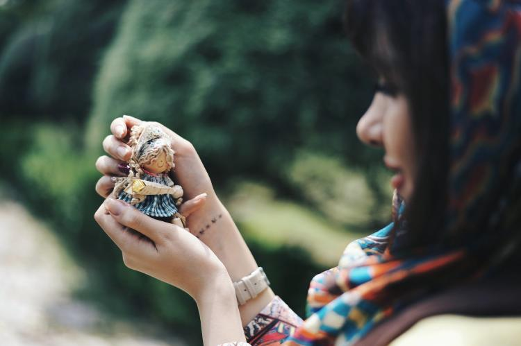 Muñeca en las manos de una mujer