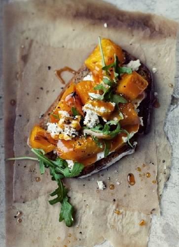 Brusquetas de calabaza asada con rúcula, nueces y roquefort