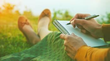 mujer anotando