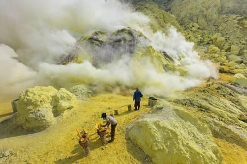 Cómo es la vida de los trabajadores de las minas de azufre de volcánKawah ..