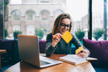 mujer estudiando trabajando