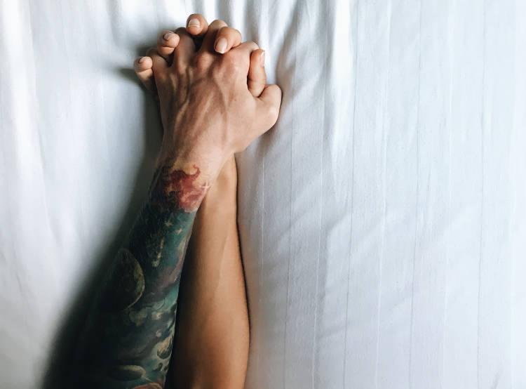 manos-agarradas-cama