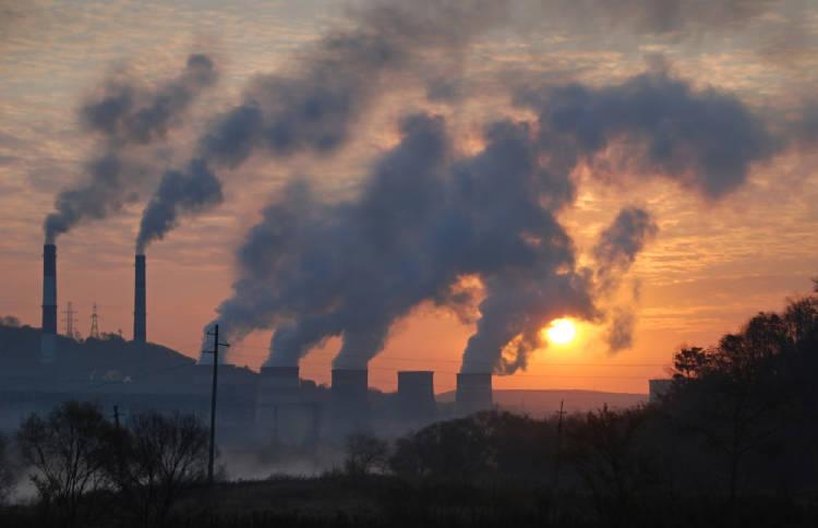 Emisiones de las chimeneas de una fábrica