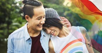 feliz pareja homosexual abrazandose