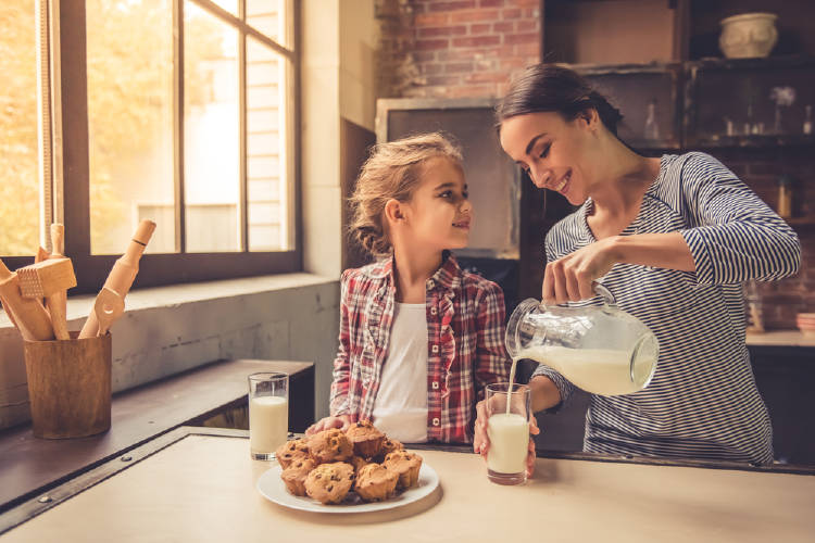 madre e hija bebiendo leche