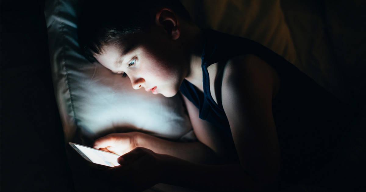 Por qué no deberías calmar a un niño con el móvil