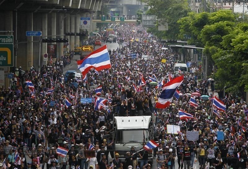 Las protestas eran contra el exgobernante Thakskin Shinawatra, quien vivía en el exilio para evitar acusaciones de corrupción