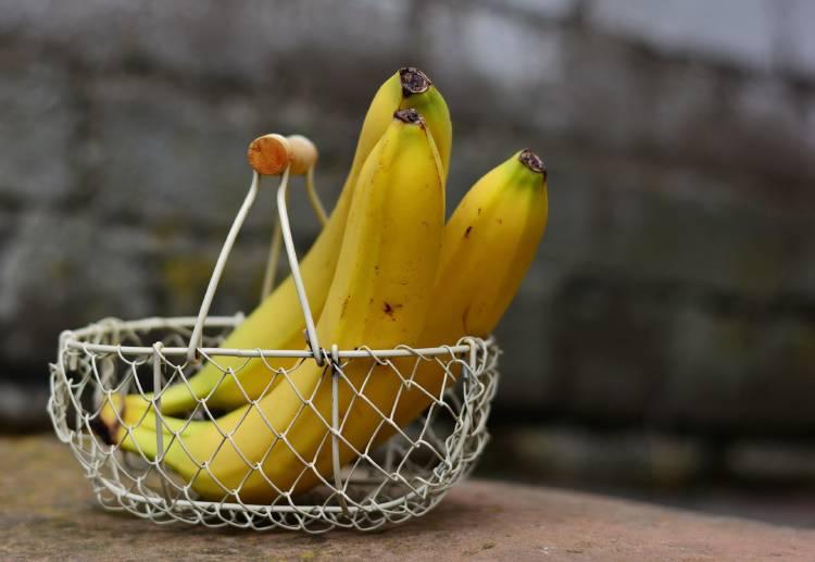 Tres bananas dentro de un cesto
