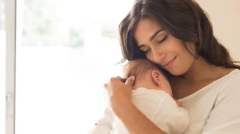 mama con bebe en brazos