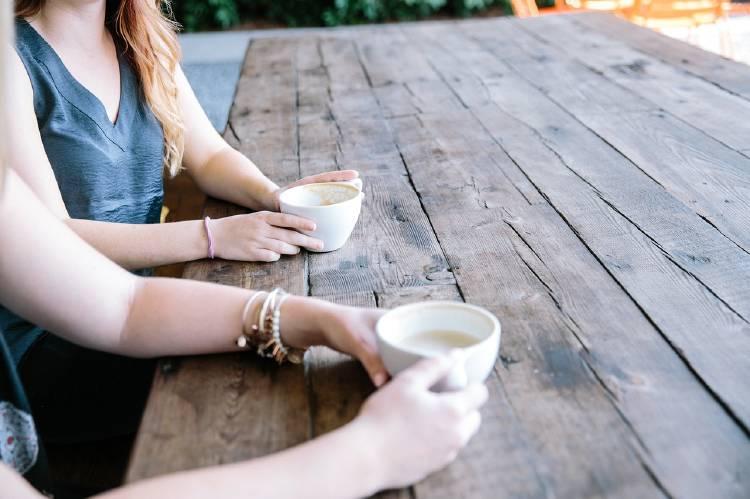 Dos personas tomando un café