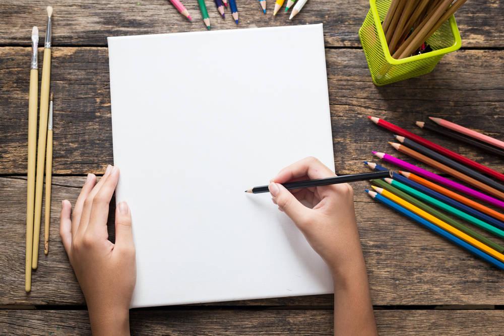 Esta niña vende dibujos para comprar un ordenador y estudiar desde casa