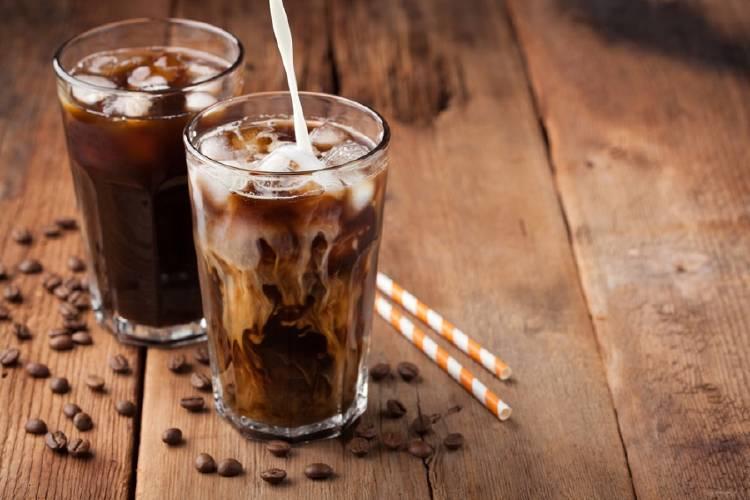 dos vasos de cafe frio con hielo