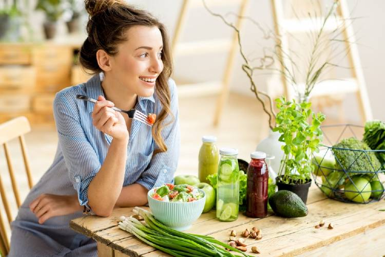 Una mujer comiendo una ensalada
