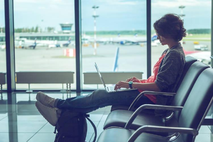 nomada digital trabaja en aeropuerto desde su computadora