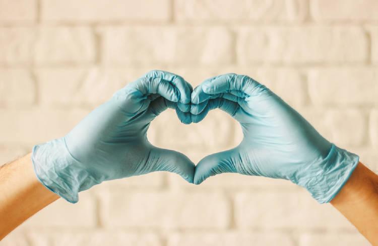 manos medico corazon