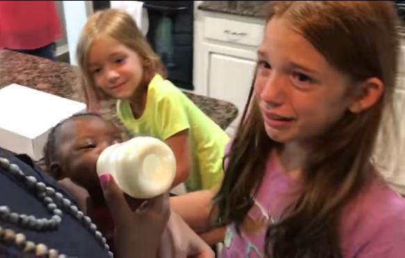 Video viral: Adoptaron una bebé por sorpresa y así reaccionaron sus demás h..
