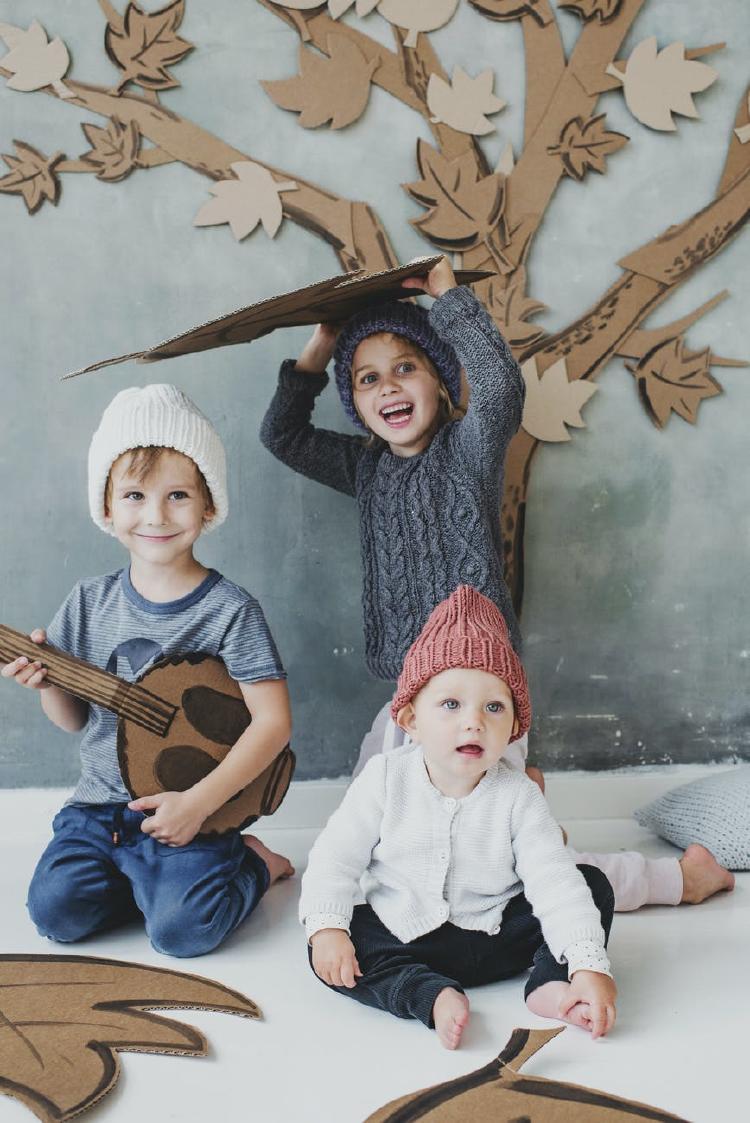 Niños jugando con materiales
