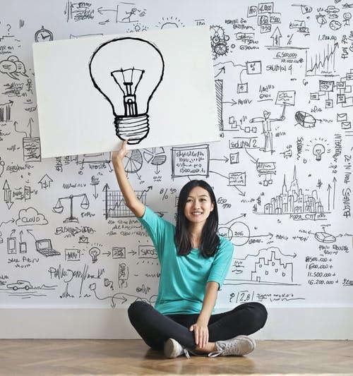 Mujer sosteniendo un cartel de lámpara