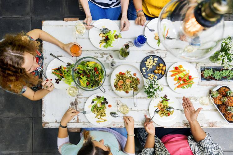 Comer con gente ayuda a controlar el ritmo de la alimentación