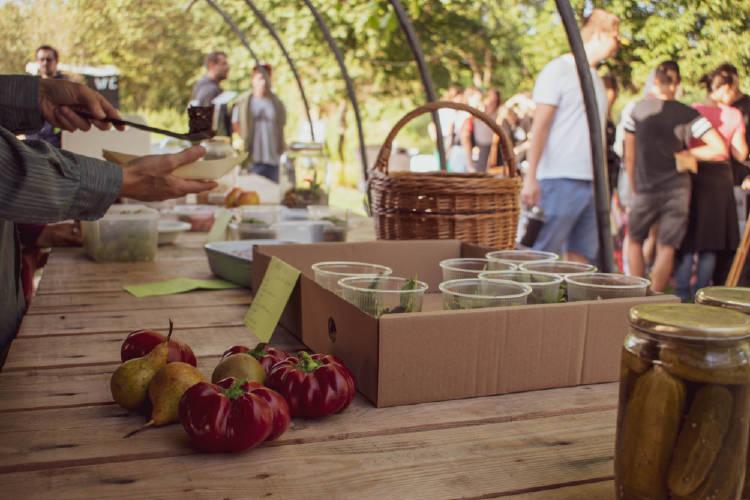 feria vegana y mercado saludable en un día soleado