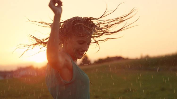 mujer baila en la naturaleza