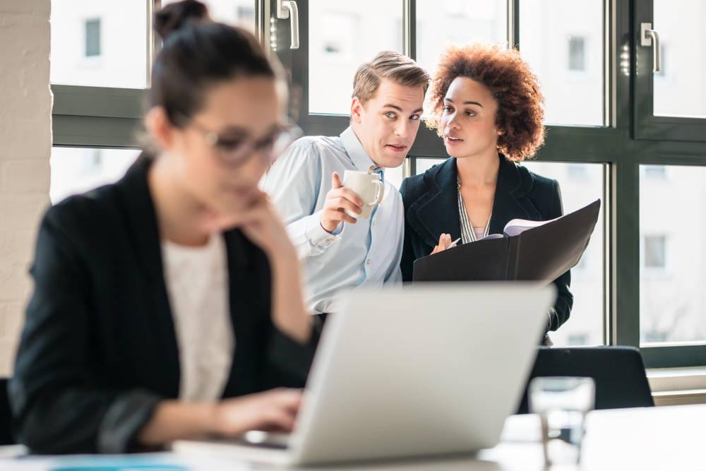 Chismes en el trabajo: aprende a ponerles freno
