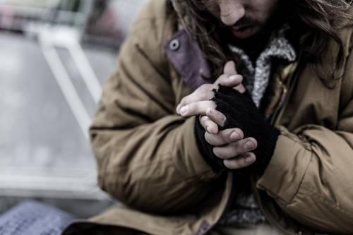 Dejan abrigos en el puente de Dublín para ayudar a personas sin techo