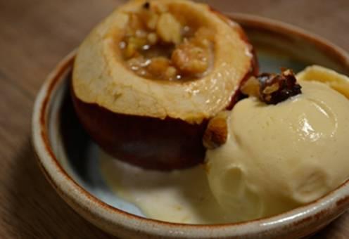 Manzanas asadas al horno con helado y nueces