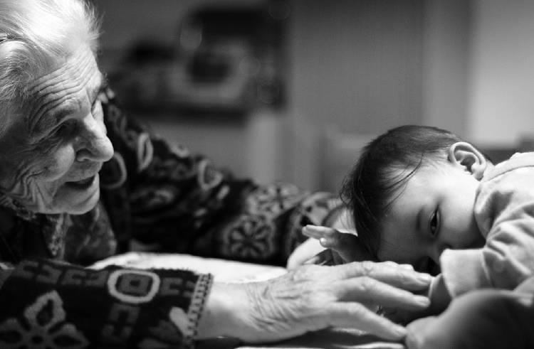 Un estudio comprueba los beneficios que tiene para los abuelos cuidar a los niños