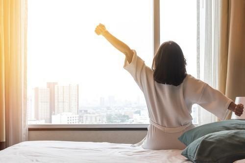 Los investigadores observaron una asociación perjudicial con dormir sistemáticamente ≤5 horas o ≥8 horas