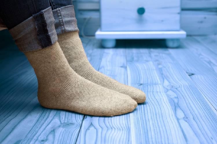 mujer en calcetines con el suelo frío