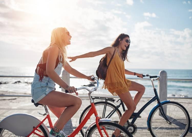 amigas en bicicleta