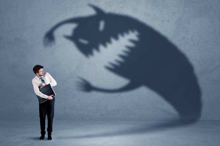 Un ejecutivo atemorizado por su propia sombra