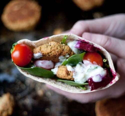 Sándwich de falafel con vegetales