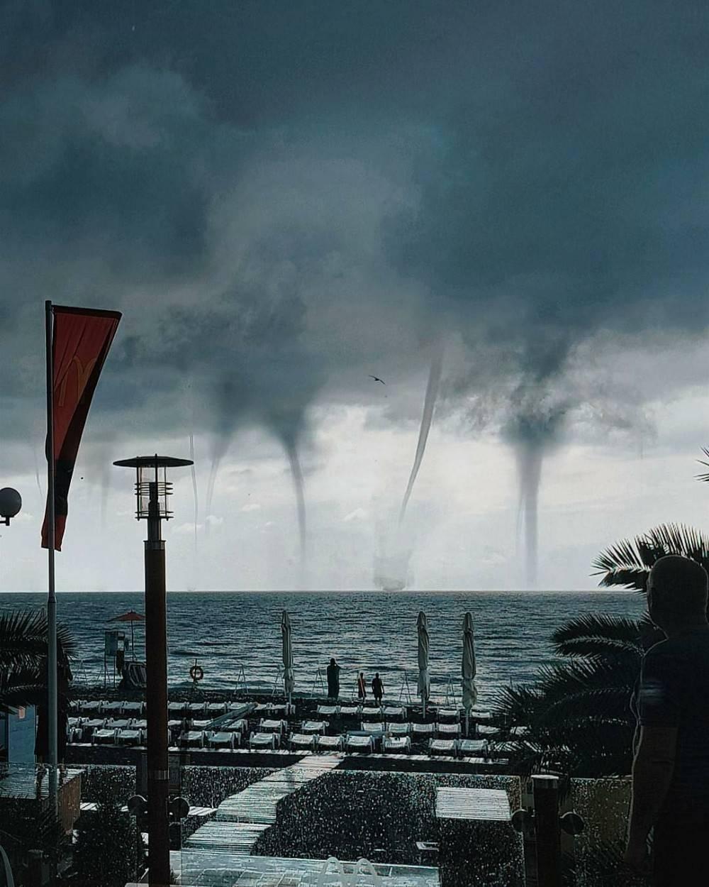 Video: el impresionante aterrizaje de un avión ruso entre tres tornados