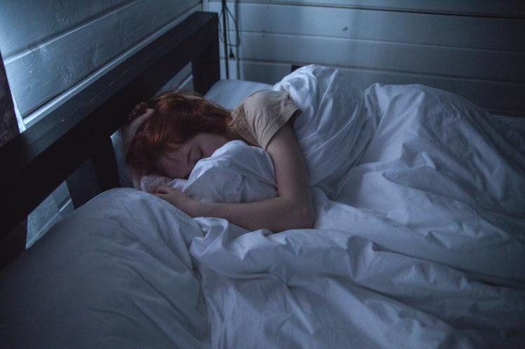 Mujer durmiendo en una cama