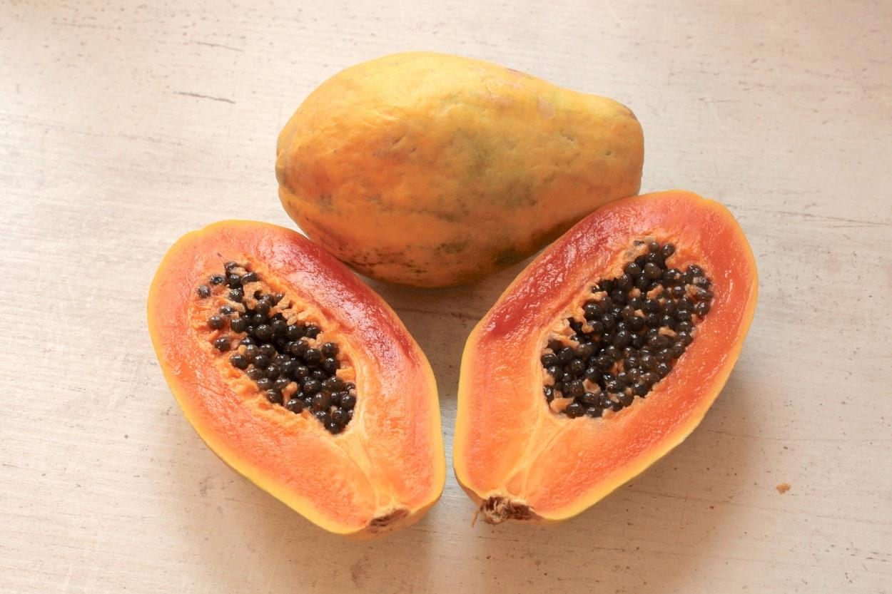 Papaya: ¿cuáles son sus propiedades, beneficios y cómo se come?