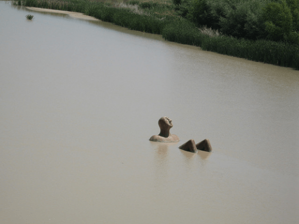 Escultura de un hombre en el río Guadalquivir, Córdoba, España