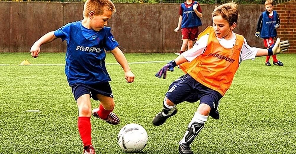 Éstos son los beneficios de jugar al fútbol con tus amigos/as