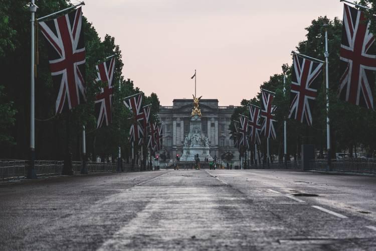 Calle vacía con banderas de Reino Unido