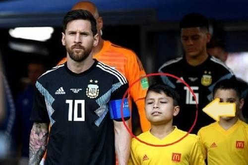 La historia de Felipe, el niño que salió a la cancha con Lionel Messi