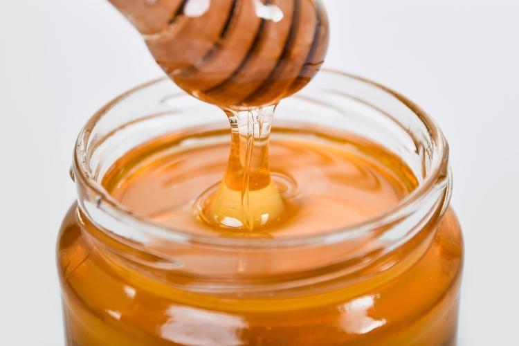Recipiente con miel de abejas