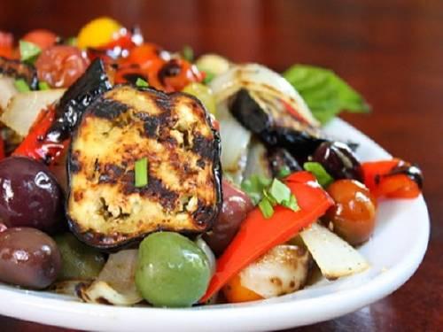 Ensalada de vegetales asados con aderezo de perejil