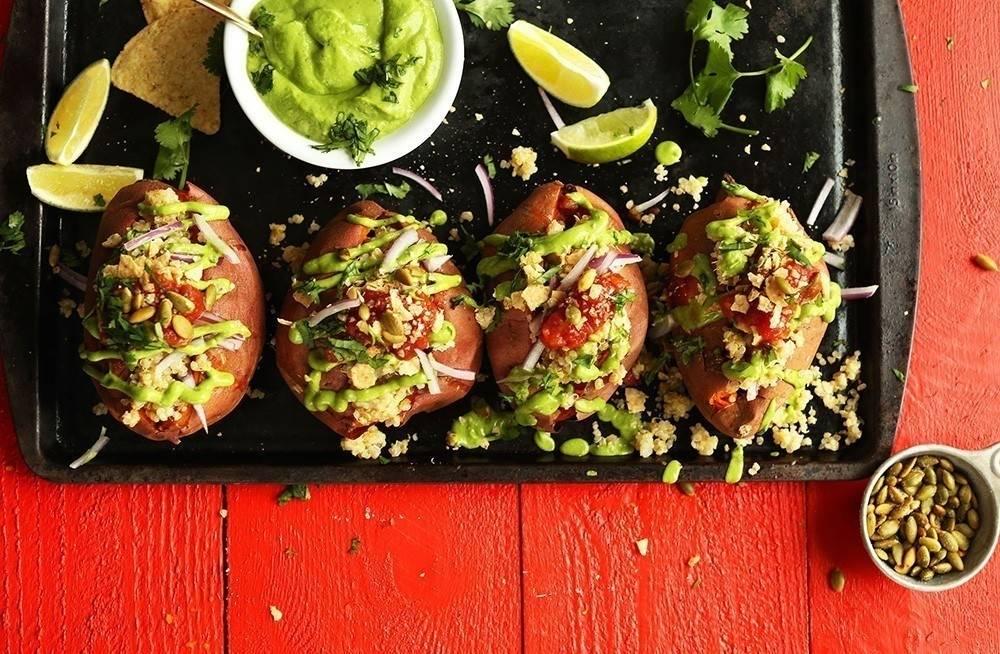 Batatas rellenas de quinoa con salsa de aguacate y cilantro fresco