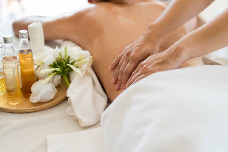 Una mujer recibe un masaje en un spa