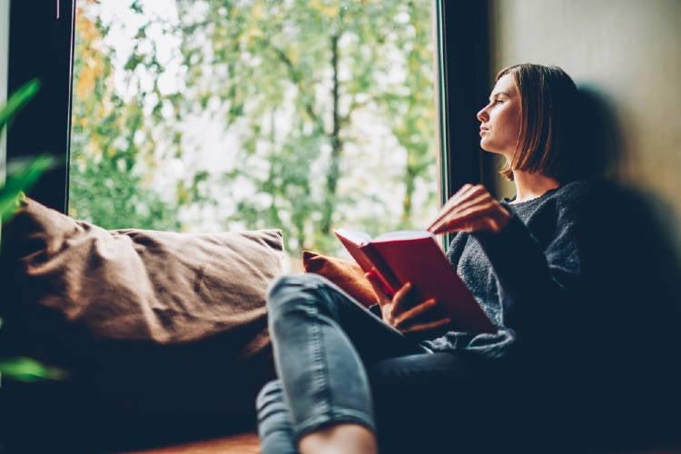mujer leyendo ventana